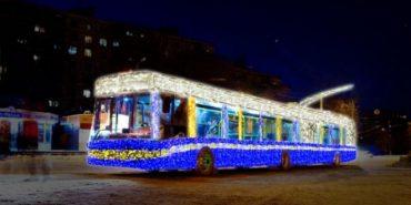 На Прикарпатті Святий Миколай роздає дарунки в громадському транспорті. ФОТОФАКТ