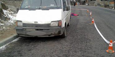 З'явилися фото з ДТП, в якій мікроавтобус збив на тротуарі жінку з дитиною