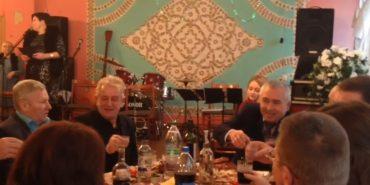 На відзначенні Дня інваліда на Житомирщині чиновників годували м'ясом, а людей з інвалідністю – булочками