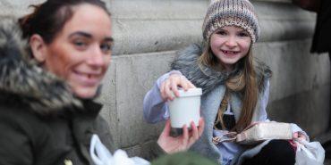 9-річна дівчинка витратила всі подаровані гроші на їжу для безхатьків