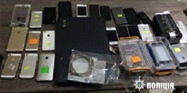 У поліції розповіли подробиці затримання на Франківщині викрадачів тридцяти iPhone. ФОТО