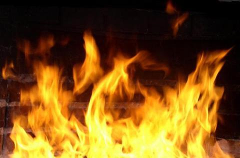 У Городенці гасили пожежу на території недіючого заводу