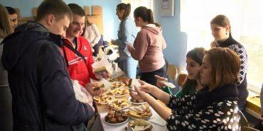 На благодійному ярмарку у Коломиї студенти зібрали понад 3 тисячі гривень для воїнів АТО. ВІДЕО