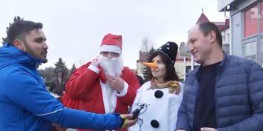 Мер Долини переодягнувся у Санта-Клауса і розпитав містян, що думають про його роботу. ВІДЕО