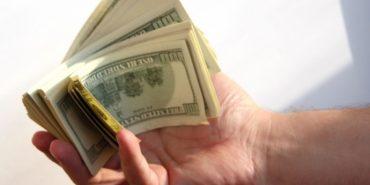На Прикарпатті жінка віддала шахраям 2500 доларів
