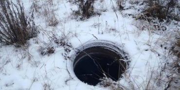 На Прикарпатті жінка провалилася у відкритий люк, який присипало снігом