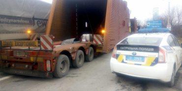 Прикарпатських водіїв попереджають про рух вантажівок з великогабаритним вантажем