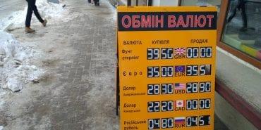 Коломийських підприємців закликають забрати з тротуарів спотикачки. ФОТО
