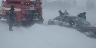 Зі снігового полону на дорогах України визволили тисячу людей. ВІДЕО