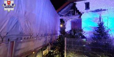 У Польщі українець заснув за кермом вантажівки і заїхав у житловий будинок. ФОТО