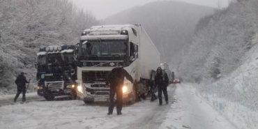 На Прикарпатті через снігопад обмежили рух вантажівок