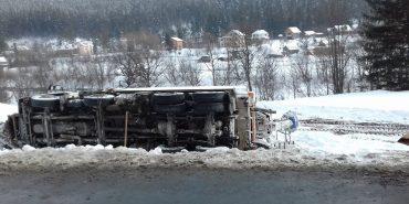 На Прикарпатті перекинулася снігоочисна машина