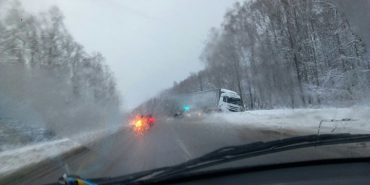 На Коломийщині у напрямку до Франківська вантажівка з'їхала у кювет. ФОТО
