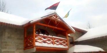 У Микуличині поляк нахабно зняв прапор УПА, але його змусили повернути стяг на місце. ВІДЕО