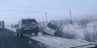 ДТП на Прикарпатті: пасажирський автобус злетів у кювет