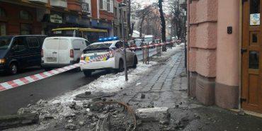 У середмісті Івано-Франківська на тротуар обвалився балкон. ФОТОФАКТ