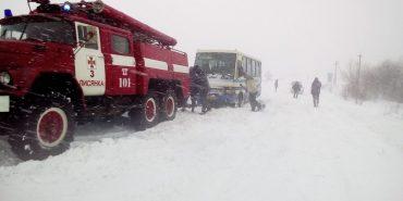 На Прикарпатті обмежено рух вантажівок через снігопади