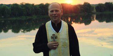 Священик із Західної України благословляє вірян в Instagram