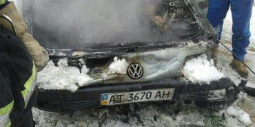 Під стінами Городенківської РДА горіла автівка. ФОТО