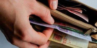 На Прикарпатті дівчина викрала з магазину гаманець із зарплатою продавця. ВІДЕО