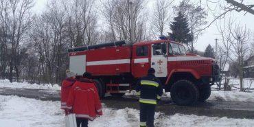 """На Прикарпатті медики """"швидкої"""" діставалися до хворої на пожежному авто. ФОТО"""