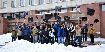 Як на Франківщині працівники виконкому сніг прибирають. ФОТО