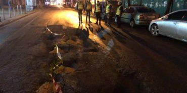 Вночі у ямах на дорогах Івано-Франківська висадили квіти. ФОТО