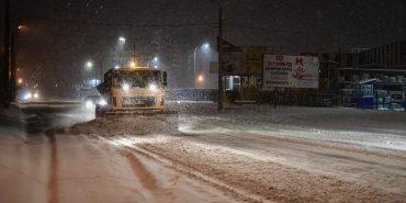 На Прикарпатті цілу ніч боролись зі снігопадом. ФОТО