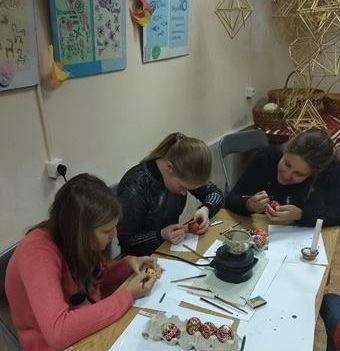 У Коломиї проводять майстер-класи з писанкарства. ФОТО
