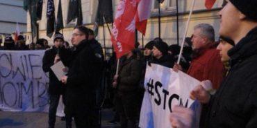У Варшаві біля посольства України польський депутат спалив портрети Бандери і Шухевича