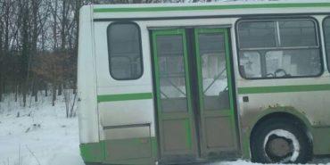 На Прикарпатті автобус з пасажирами з'їхав з дороги