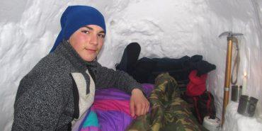 Косівський школяр заночував в ескімоській хаті зі снігу