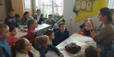 У Коломиї вчать дітей розписувати Великодні писанки. ФОТО