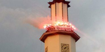 Прикарпатські футбольні вболівальники запалили фаєри на міській ратуші