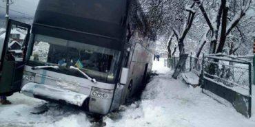 На Прикарпатті автобус з дітьми з'їхав у кювет