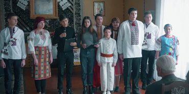 """Учні Коломийської школи №5 показали """"Мати-наймичку"""" у геріатричному пансіонаті"""