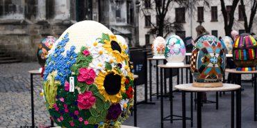 Абстрактні, в'язані та в стилі поп-арт: у Львові відкрили фестиваль унікальних велетенських писанок. ФОТО