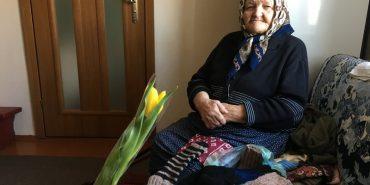 91-річна прикарпатка щодня в'яже теплі речі хлопцям в АТО. ФОТО