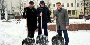 Як франківські чиновники чистили місто від снігу. ФОТО