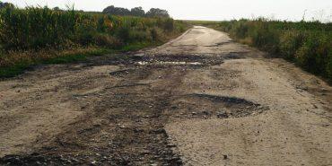 На дорогах Франківщини трактору довелось тягнути маршрутку. ФОТО