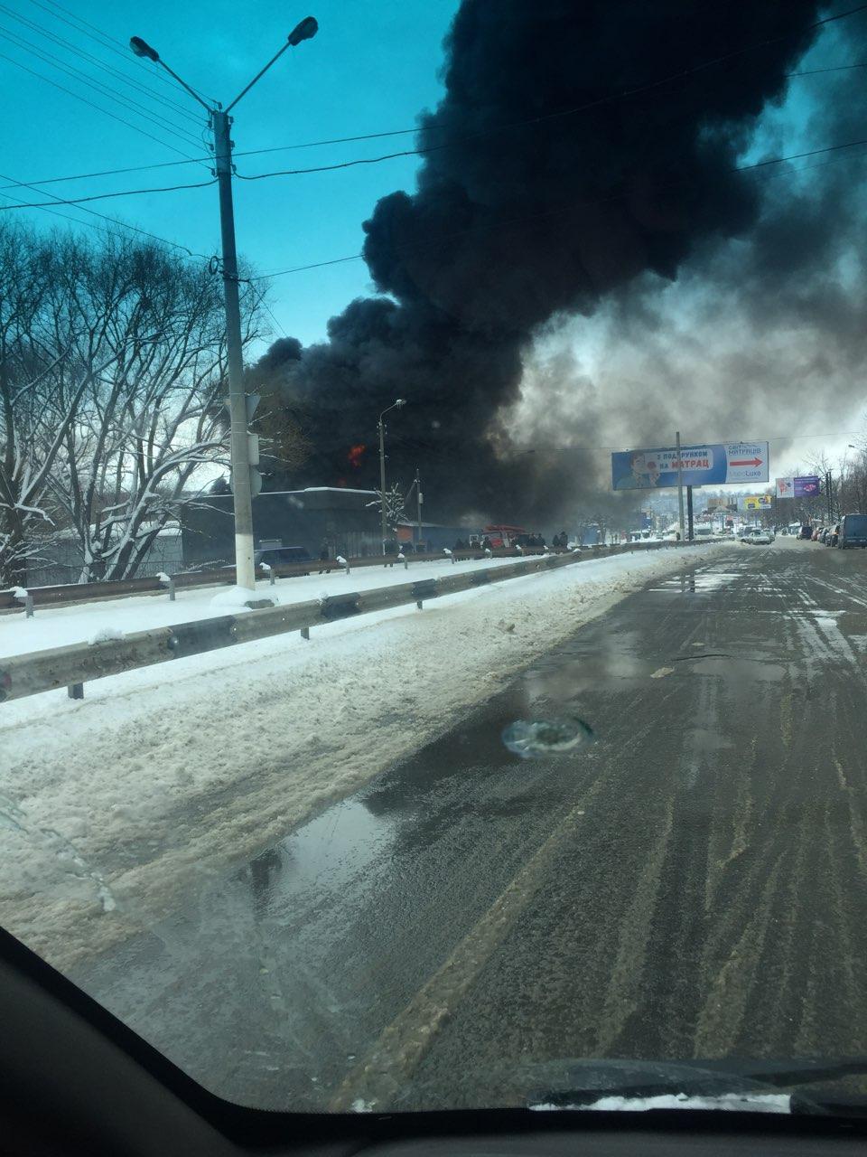 У Чернівцях спалахнула масштабна пожежа на Калинівському ринку. ФОТО+ВІДЕО
