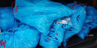 Коломиянка привезла сміття під офіс AVE. ФОТОФАКТ