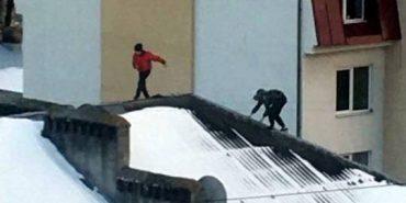 На Прикарпатті підлітки вилізли на дах багатоповерхівки, щоб зробити селфі. ВІДЕО