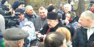 На Франківщині парафіяни два тижні  не пускають у храм священиків. ФОТО+ВІДЕО