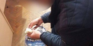 Прикарпатські поліцейські затримали чоловіка, який змушував жебракувати доньку-школярку. ФОТО