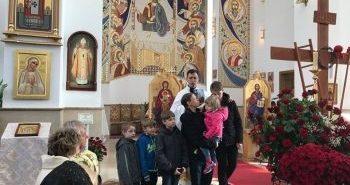 На Прикарпатті багатодітним батькам парафіяни подарували двокімнатну квартиру