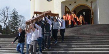 Вулицями Коломиї пройшла Хресна дорога за участю студентської молоді