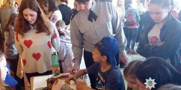 Прикарпатські поліцейські допомогли дітям з соціального закладу підготуватися до свят. ФОТО