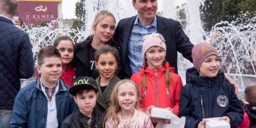 """Троє дітей виграли планшети від фонду """"Покуття"""" за кращі фото біля фонтана"""