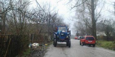 Біля обійстя Бандери селяни залишають сміття посеред вулиці. ФОТО